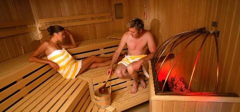 Pärchen in der Sauna beim Aufguss